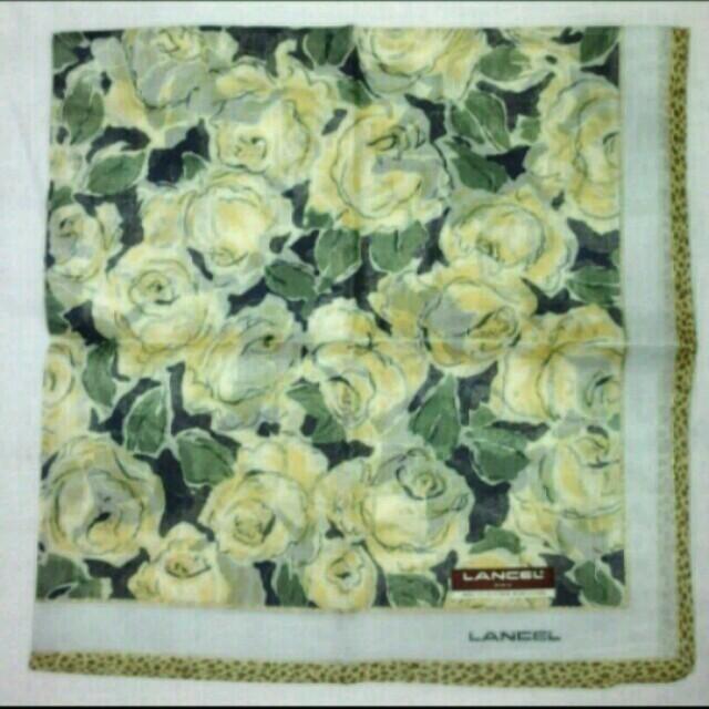 LANCEL(ランセル)の【吉野あや様専用】LANCEL黄色い薔薇柄ハンカチ レディースのファッション小物(ハンカチ)の商品写真