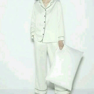 ジーユー(GU)の【新品】シルク風サテン地パジャマ シャツのみ(パジャマ)
