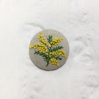 [みっちゃん様専用です]刺繍ブローチ ミモザ一枝と北欧風ブローチ(ブローチ/コサージュ)