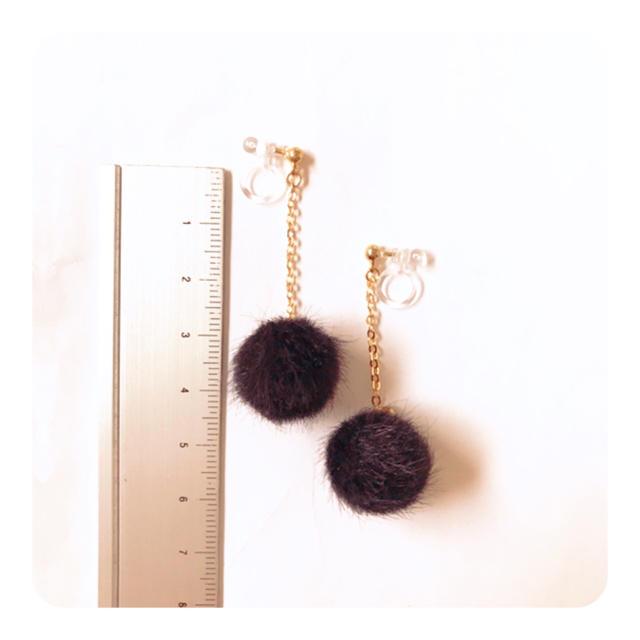 ファーボールチャーム(ブラック) 樹脂ノンホールピアス ハンドメイドのアクセサリー(イヤリング)の商品写真