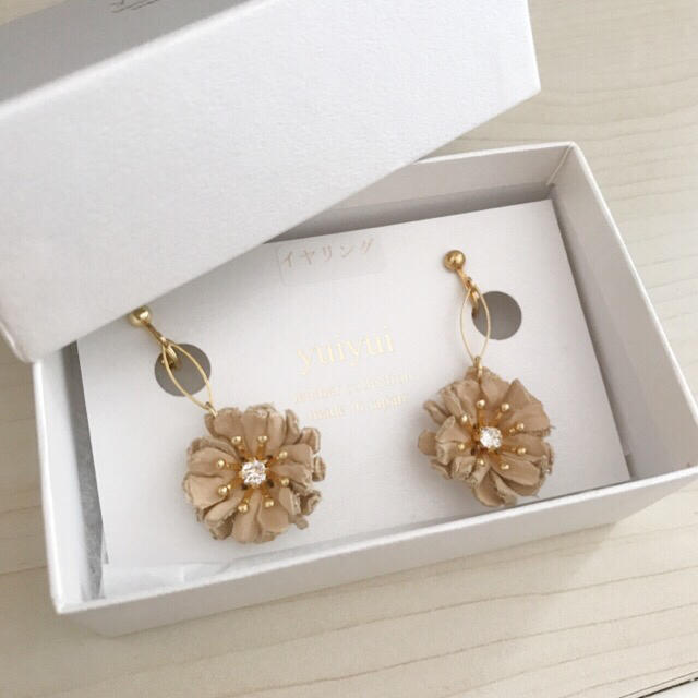 flower(フラワー)のハンドメイド レザー ネジ式 花のイヤリング 作家yuiyui コトモノマルシェ