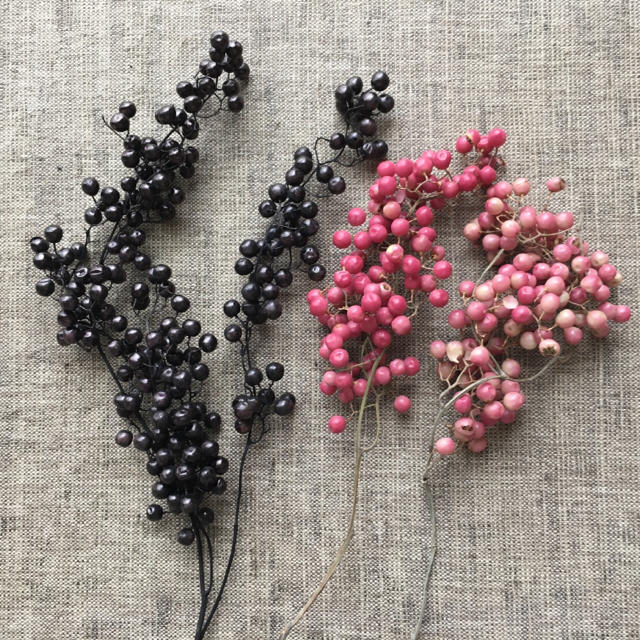 18番✳︎ペッパーベリー20gセット・ピンク&ブラック☆送料無料 ハンドメイドの素材/材料(各種パーツ)の商品写真