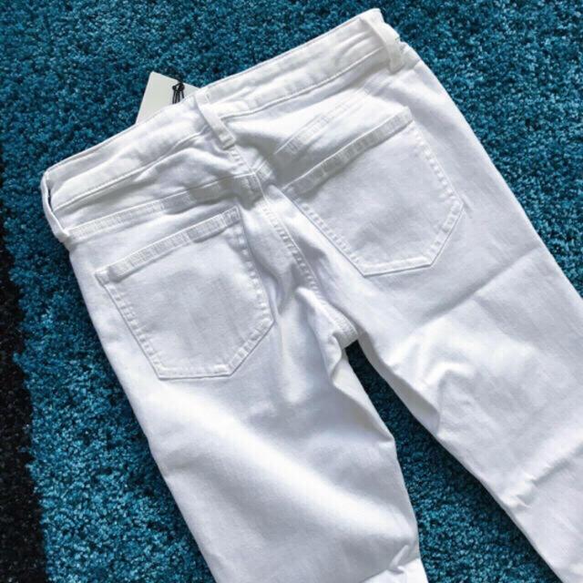 UNIQLO(ユニクロ)の【新品タグ付き】UNIQLO ウルトラストレッチジーンズ オフホワイト ダメージ レディースのパンツ(スキニーパンツ)の商品写真