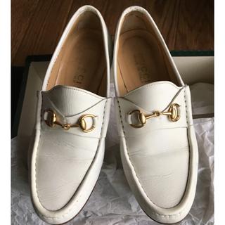 グッチ(Gucci)のGUCCI グッチ 白 ビットローファー(ローファー/革靴)