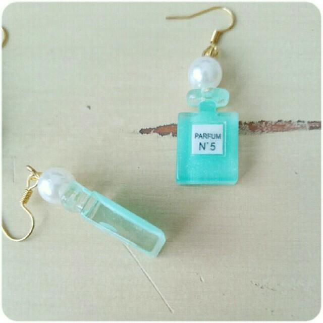 パール付き 香水瓶 ピアス ブルー ハンドメイドのアクセサリー(ピアス)の商品写真